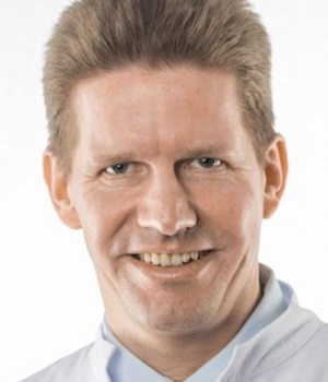 Professor Dr. Bamberger untersucht die HYPOXI-Methode